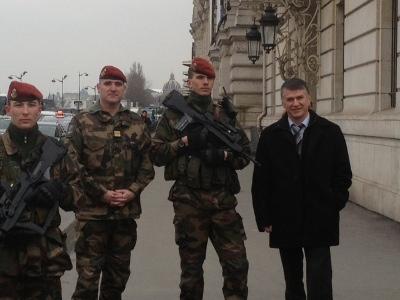 Philippe FOLLIOT en compagnie du Chef de Corps du 8 et d'une patrouille Vigipirate