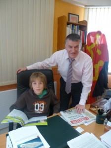 Loïc SOULET, le député junior, assis au bureau de Philippe FOLLIOT, en compagnie de celui-ci.