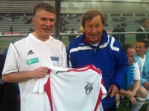Philippe FOLLIOT a présenté à Guy ROUX le maillot reçu samedi dernier à l'occasion du 80ème anniversaire du Football Club Lacaunais