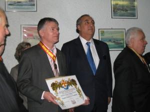 Philippe FÔLLIOT nouvellement adoubé à l'Académie des Arts, des lettres et des Sciences de Languedoc, au côté de S.E. M.  Federico Renjifo VELEZ,  Ambassadeur de Colombie, président de la soirée.