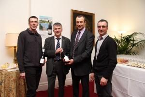 Philippe FOLLIOT, député du Tarn, et Monsieur Jean-Luc FABRE, Président de la Cave de Labastide de Lévis, présentent le vin de Cunac.