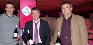 Philippe FOLLIOT en compagnie de Monsieur Alain FONVIEILLE, Président de la cave de Labastide, et de Monsieur Sébastien FERAL, vigneron à Cunac