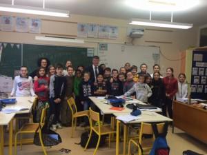 Philippe FOLLIOT aux côtés de la classe sélectionnée pour le Parlement des enfants