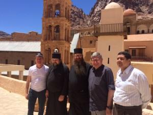Les deux députés aux côtés des moines de Sainte Catherine et du chef de district