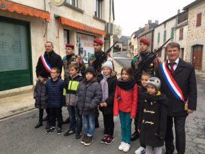 Philippe FOLLIOT entouré de jeunes écoliers, de Monsieur le Maire et de soldats à Saint-Pierre de Trivisy