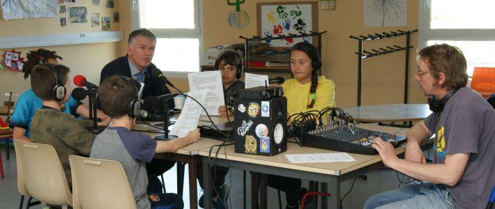 Philippe FOLLIOT rend visite à la classe sélectionnée pour le Parlement des enfants