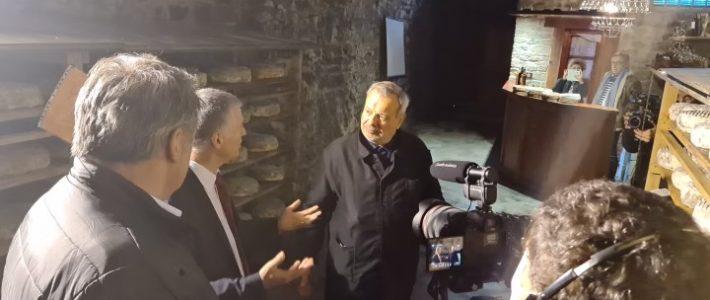 Visite de la laiterie Fabre avec Périco Legasse et l'équipe de «Manger c'est voter»
